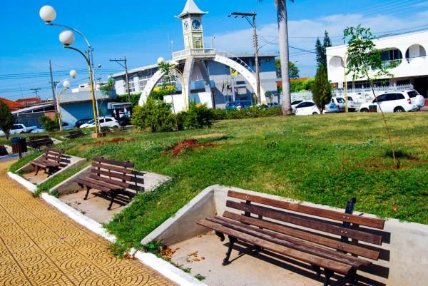 Prefeitura Municipal realizou o plantio de árvores na Praça da Bandeira